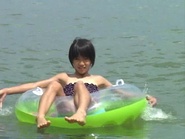 Jr. アート編「苺ゆい」浮き輪乗り