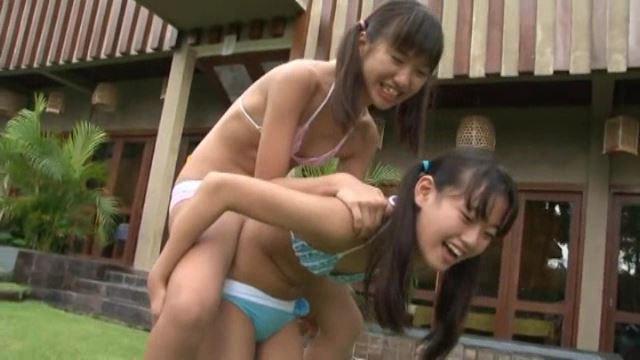 「Pure teen 佐々木みゆう&山田りかこ」ピンクビキニおんぶ