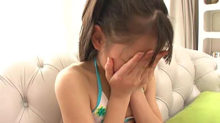 赤いランドセル 『4年生の新学期』「 青井せら」緑白ビキニ顔に両手