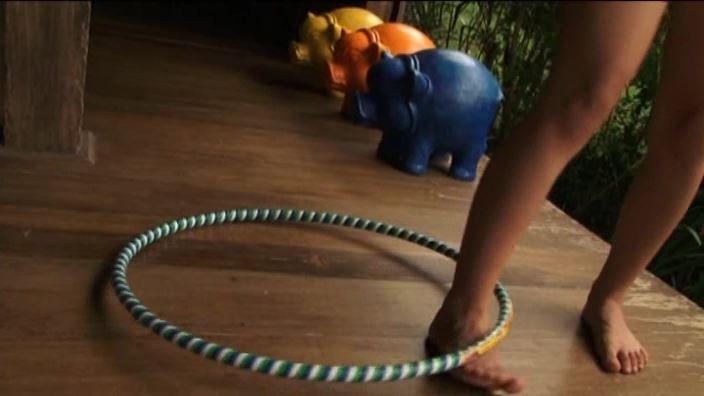 美少女チャレンジ「佐々木みゆう」デニムパンツ足でフラフープ