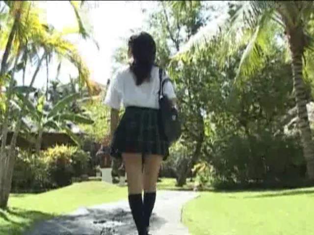ぶらんこ「美月りん」制服背面歩き
