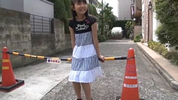 「チルチル Vol.1 じゅなちゃん」黒シマワンピ屋外コーン