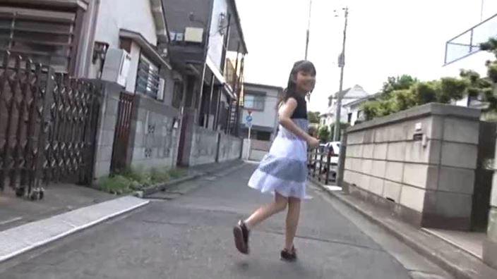 「チルチル Vol.1 じゅなちゃん」黒シマワンピ屋外振り返り