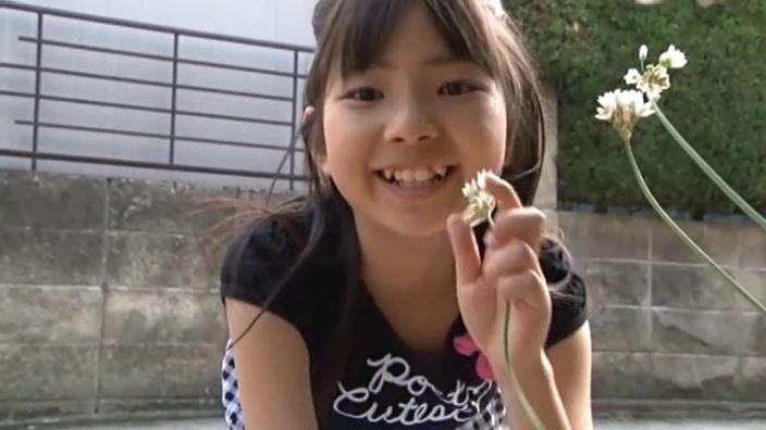 「チルチル Vol.1 じゅなちゃん」黒シマワンピ屋外上半身花