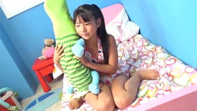 「チルチル Vol.54 じゅなちゃん」白柄ビキニわに女の子座り