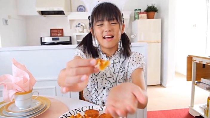 「クラスメイト 東亜咲花」洋服座り食べさせ