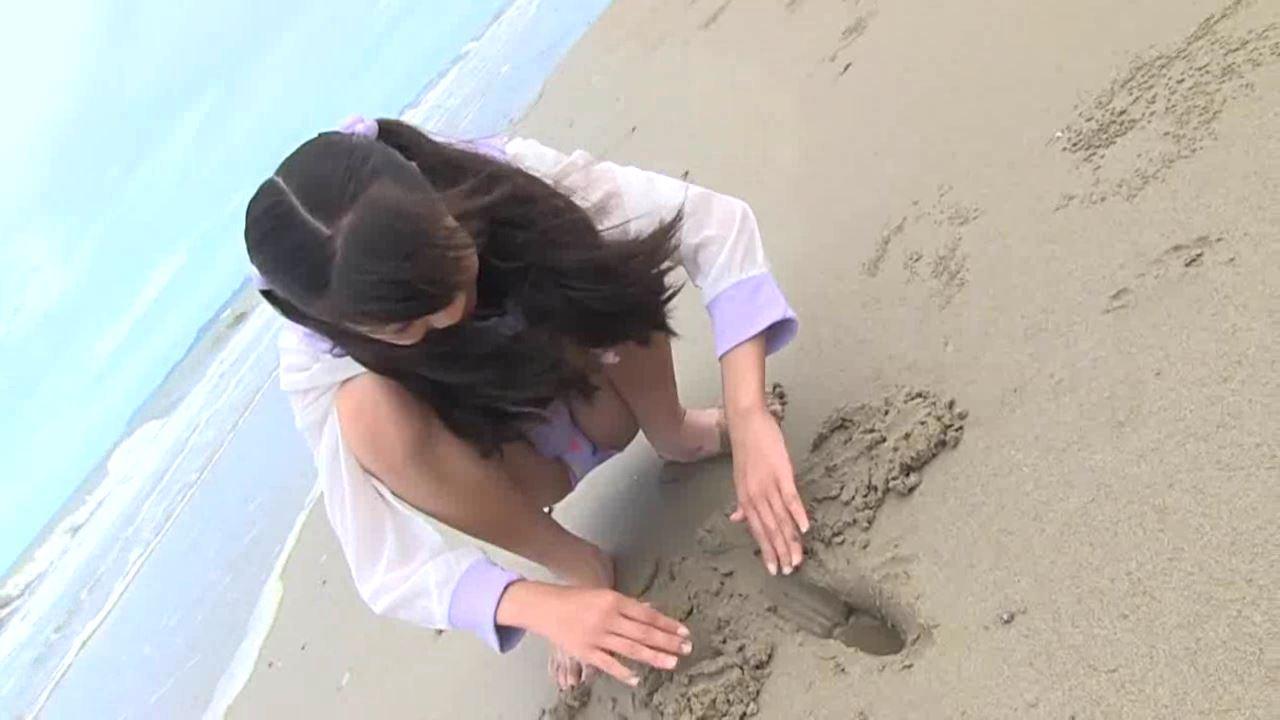 「学校なう! はじめまして ~修学旅行編~ 川原かな」浜辺しゃがみ