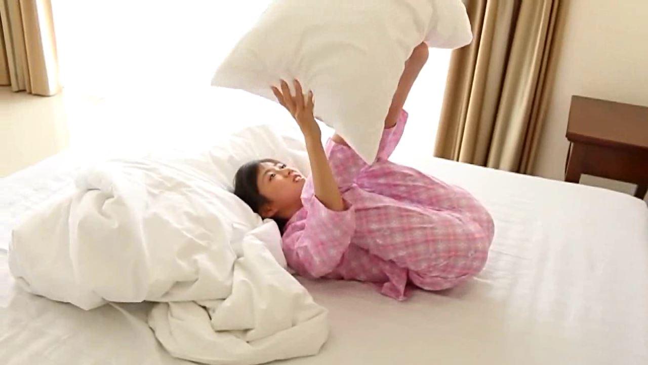 「学校なう! はじめまして ~修学旅行編~ 川原かな」パジャマ枕足挟み