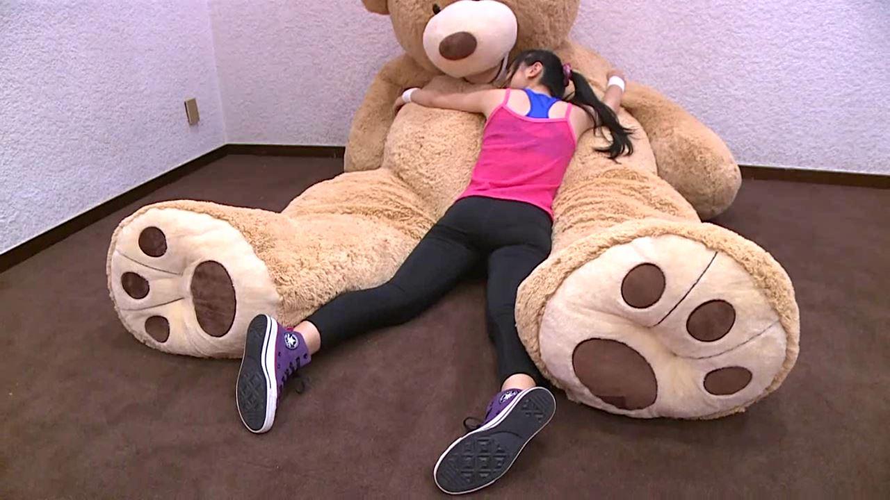 「はじめまして 学校なう! 見上瑠那」ピンクタンククマ抱擁全身