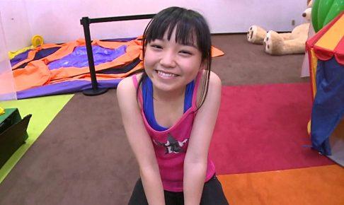 「はじめまして 学校なう! 見上瑠那」ピンクタンク座り笑顔