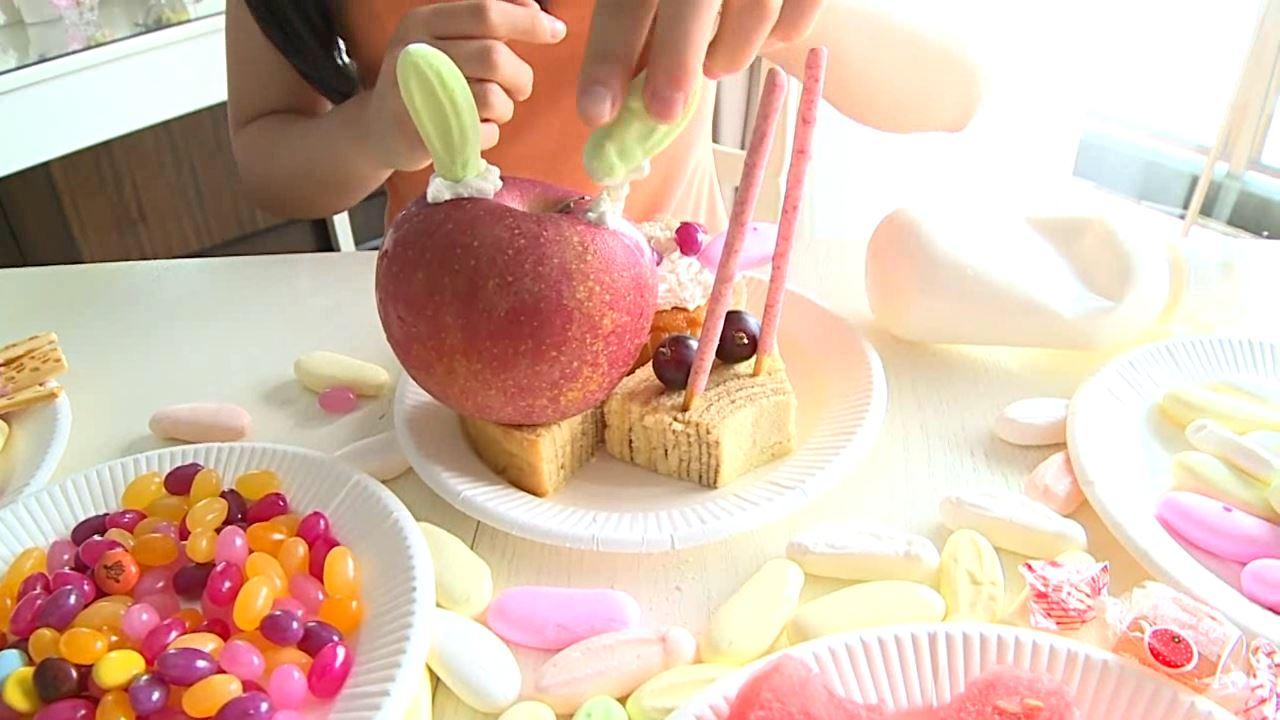 「はじめまして 学校なう! 見上瑠那」オレンジタンクお菓子物撮り