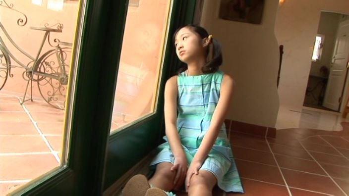「はじめてのももいろ ももえたん」緑ワンピ窓辺座り