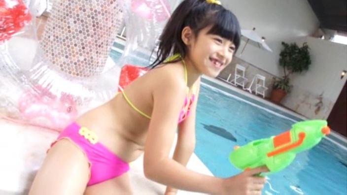 「はるいろのおひさま Vol.1 ゆみかちゃん」ピンクビキニプールで水鉄砲