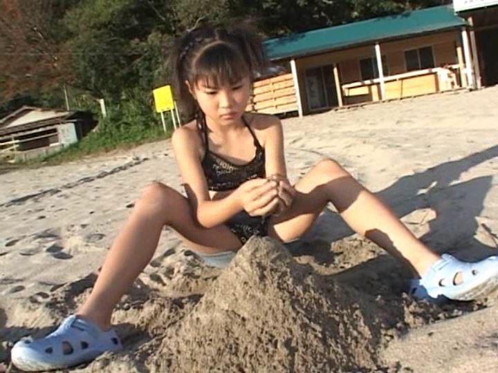 伊豆物語「三浦璃那」黒チューブ砂遊び