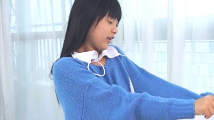 JCスマイル「沖田彩花」青セーター白ビキニ上半身
