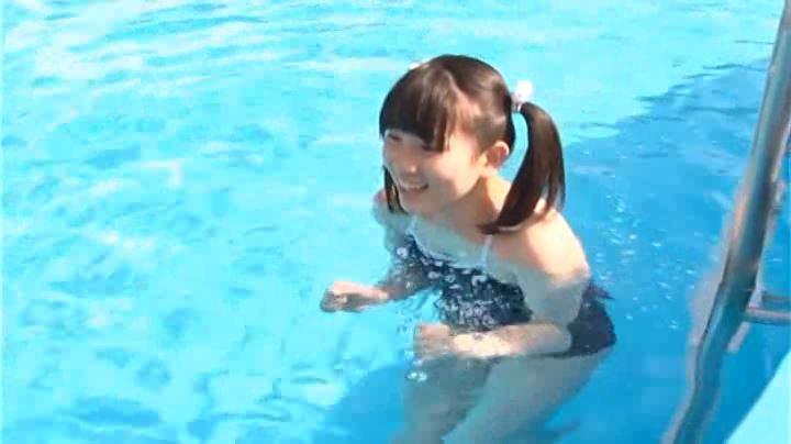「純心美少女 春日彩香」スクール水着プール中