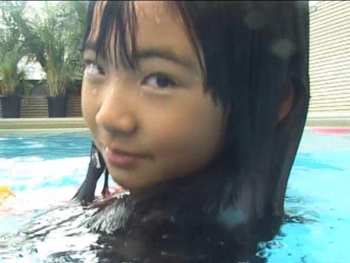 「金子美穂 9歳」スクール水着振り返り顔アップ