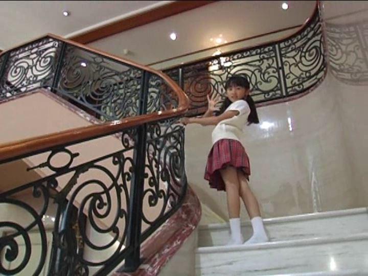 「金子美穂 9歳」制服階段