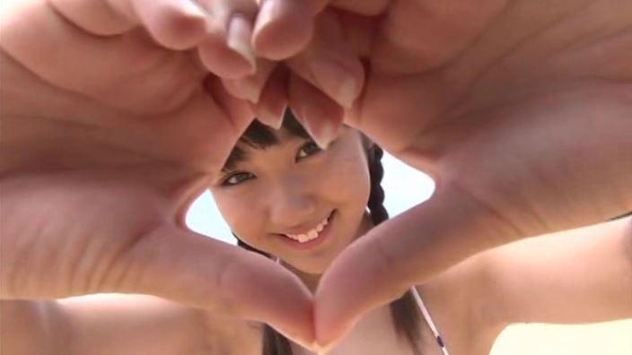 「君との恋は5センチメートル 早瀬琉愛」水玉ビキニ手でハート