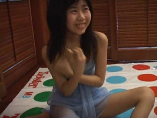 クレヨンりんちゃん 「美月りん」水色ビキニ笑顔ツイスター