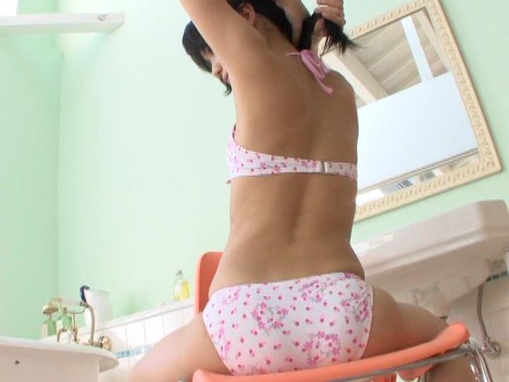 ミナミウインドー「芹沢南」ピンク柄ビキニ座り背面
