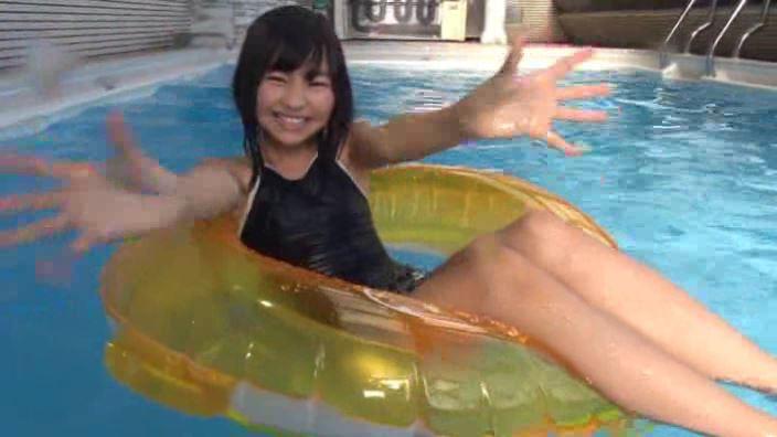 「ミスMガールズ Vol.10 柊宇咲」スクール水着浮き輪両手広げ