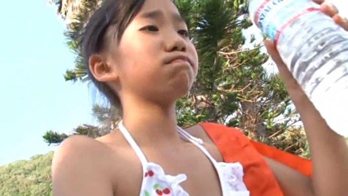 夏色のお嬢さん「蒼井玲奈」ブルマ柄ビキニ上半身ドリンク