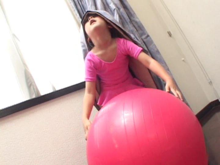 「ねねちゃん 6歳 寧々(ねね)」レオタードバランスボール