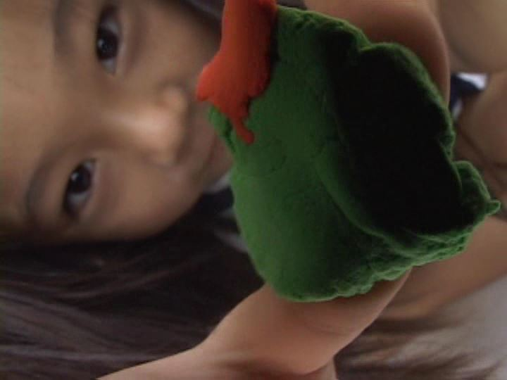 「ねねちゃん 6歳 寧々(ねね)」カメラに粘土