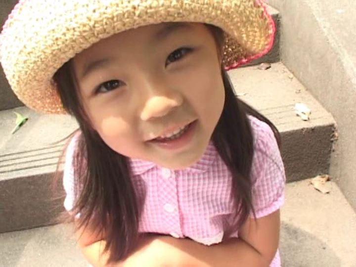 「ねねちゃん 6歳 寧々(ねね)」麦わら帽子座り