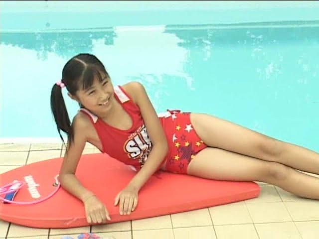 西文美「ほほえみオレンジ」水着でプールサイド