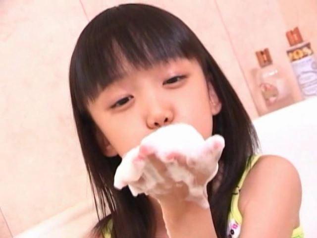 「岡崎瞳8歳 水の妖精 陸の天使」黄緑チューブ泡飛ばし