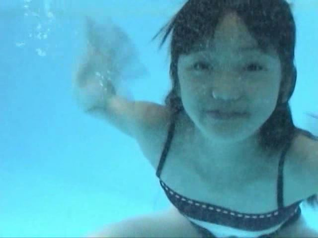 「岡崎瞳8歳 水の妖精 陸の天使」黒チューブ水中