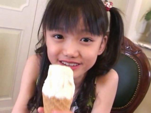 「岡崎瞳8歳 水の妖精 陸の天使」ソフトクリーム