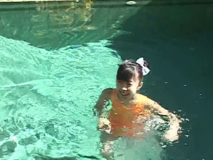 おにいちゃんへ「美月りん」オレンジビキニプール水中