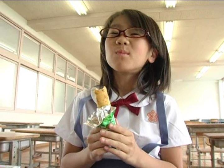 「小野寺沙羅 9歳」制服菓子食べ