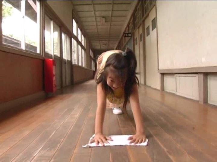 「小野寺沙羅 9歳」雑巾がけ