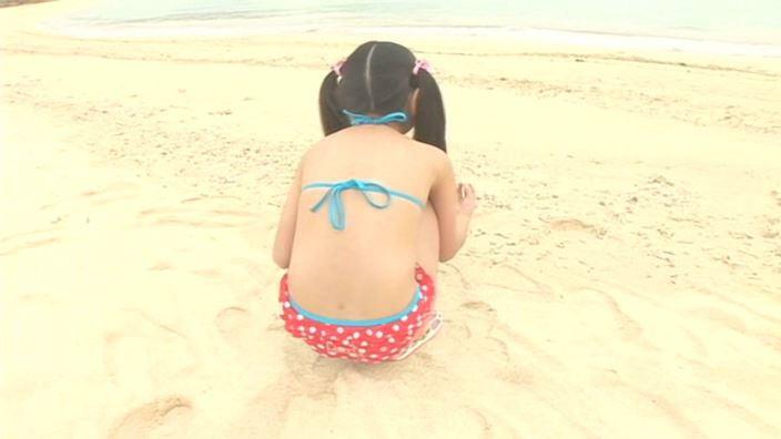 アイドルスイートプリキュア 星名はる 9歳小4「星名はる」紅白ドットビキニ座り背面