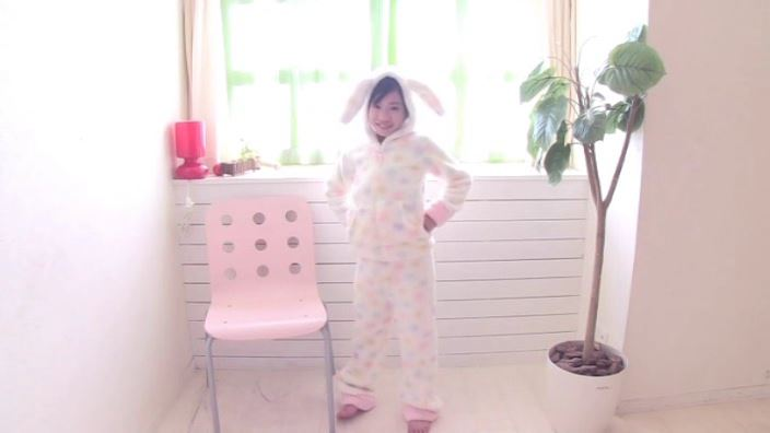 Pure White 「蒼井玲奈」モコモコピンクビキニ全身