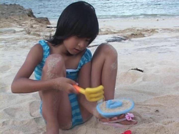 ピュアぐらびあ・あ~と「桃瀬なつみ」青ボーダー水着開脚砂遊び