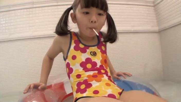 「ピュアローズ Vol.05 えりか」赤黄ワンピース水着アメ舐め