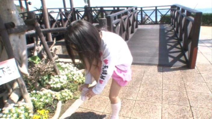 「ぷりぷりたまご Vol.3 えりかちゃん」ピンクスカート靴下はき