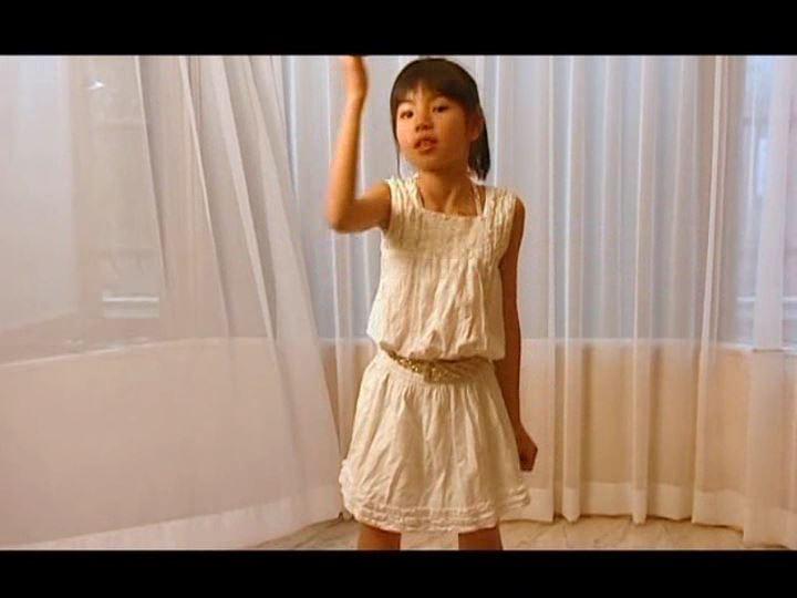 「さくらゆま 9歳 小学4年生」白衣装ダンス