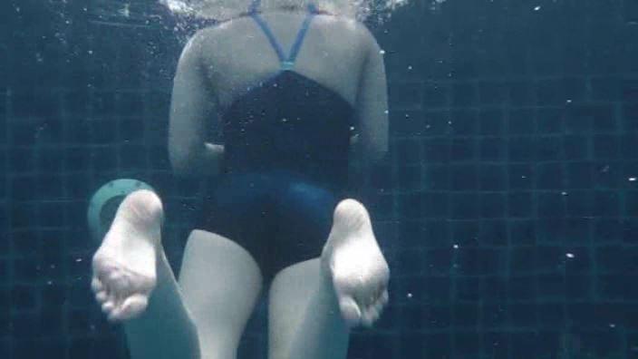 「そんなにぃ~ 春日彩香」スクール水着水中