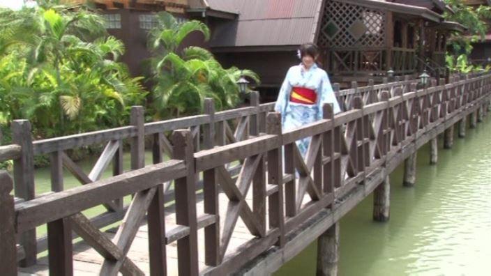 「そんなにぃ~ 春日彩香」浴衣橋渡り