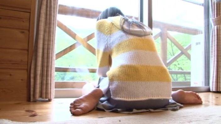 「St Raphael Vol.1 片瀬桃(ももえたん)」黄セーター背面座り