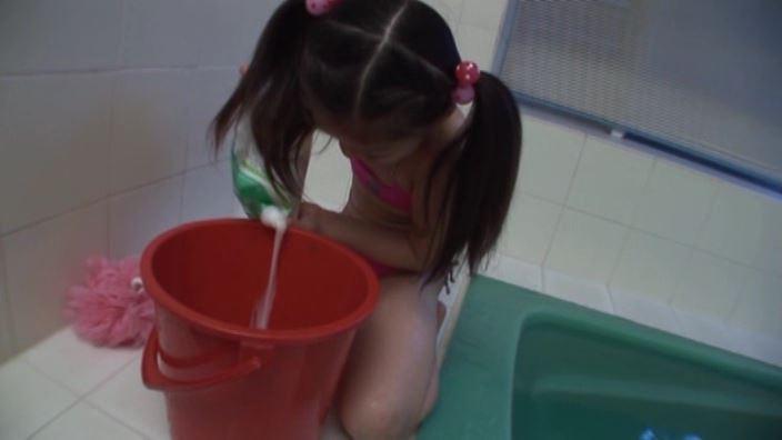 少女のままで 「水谷彩音」蛍光ピンクビキニばけつ液投入