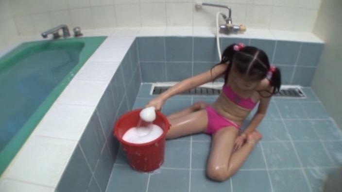 少女のままで 「水谷彩音」蛍光ピンクビキニ泡作り