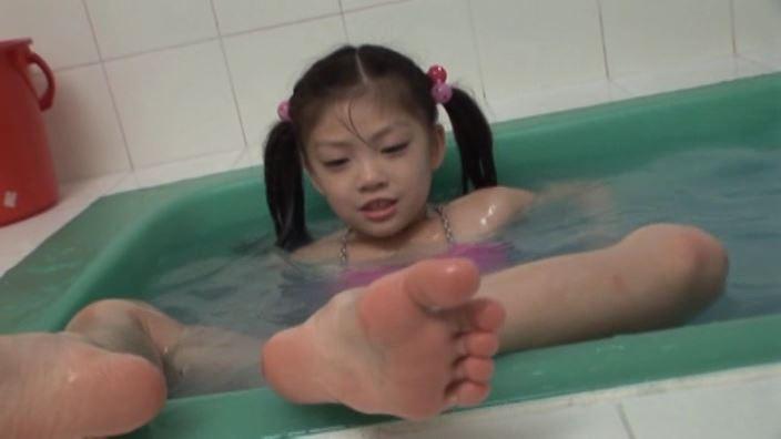 少女のままで 「水谷彩音」蛍光ピンクビキニバスタブ足の裏