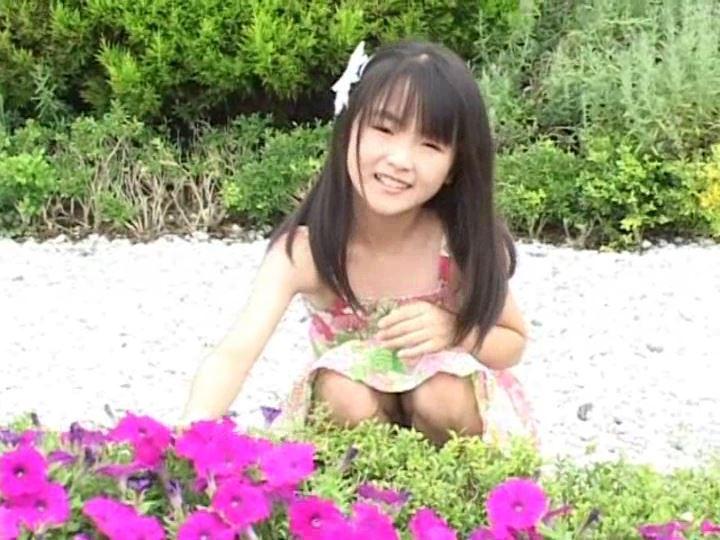 「天使の絵日記 眩しい陽射しに微笑み返し 杏なつみ」しゃがみ花